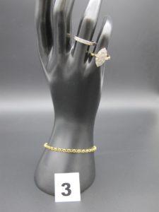 1 bracelet maille jaseron (L 17cm), 1 alliance ciselée en or blanc(TD 53) et 1 marquise bicolore (TD 50) Le tout en or. PB : 6,7g