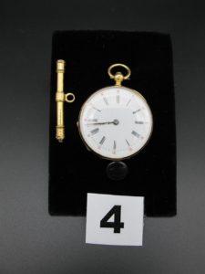 1 montre de col en or (modèle ancien, cuvette intérieur en métal). PB 26,5g 1 clé remontoir de montre en or et acier PB : 3,6g