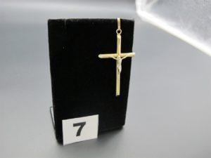 1 Christ sur croix en or. PB : 2,6g