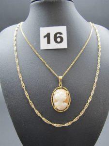 2 chaînes en or, une maille torsadée et une maille gourmette,(les 2 L 60cm) 1 pendentif camée. Le tout en or. PB 15,3g
