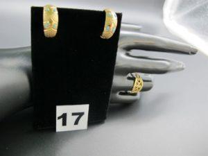 2 boucles ornées de petites pierres turquoises et 1 bague ajourée. Le tout en or. PB 7g