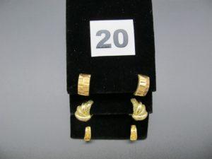 6 boucles en or, dont 2 rectangulaires ciselées, 2 ornées de cercles en relief et 2 avec un motif lisse et ajouré. Le tout en or. PB 8,3g