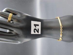 1 bracelet en maille alternée de batons ciselés (L 19cm) et 1 bague ajourée (TD 56). Le tout en or. PB 9,3g