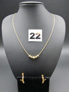 """1 collier maille serpentine ornée de 5 boules mobiles (L 45cm) et 2 boucles en forme de """"V"""" ornée d'un petit diamant. Le tout en or. PB 9,3"""