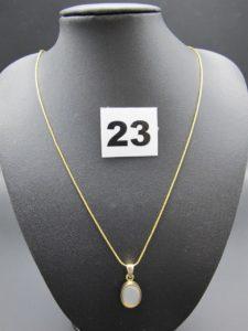 1 chaîne maille serpentine en or 22K ( fermoir 18k)(L 47cm) et 1 pendentif orné d'une pierre cabochon,Le tout en or .PB 7,3g