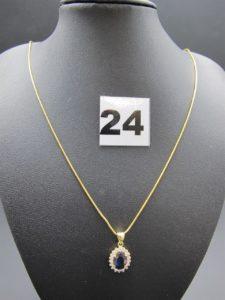 1 chaîne maille serpentine en or 22K 4,6g (L 47cm) et 1 pendentif marguerite en alliage 14k ornée d'une pierre centrale bleue marine , entourée de petites pierres blanches 2,6g. le tout 6,5g