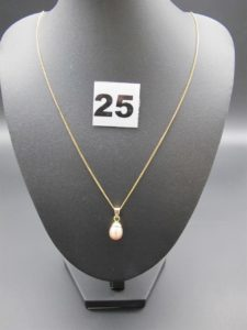 1 chaîne maille anglaise (L 50cm) et 1 pendentif rehaussé d'une perle rose nacrée .PB3,3g