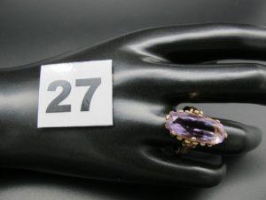 1 bague en or ornée d'une pierre ovale mauve (TD 55). PB 5,4g