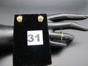 1 bague ornée d'un petit diamant (TD 50)et 2 clous d'oreilles ornés de pierres serti-rails. Le tout en or. PB 3,6g
