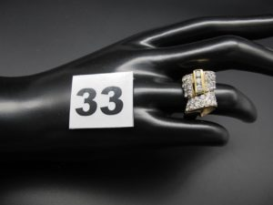 1 bague en or ornée de volutes en reliefet pavés de pierres blanches (TD 52). PB 5,4g