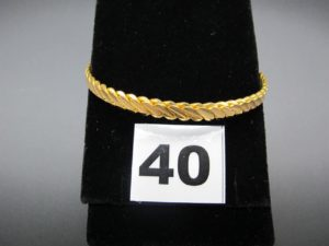 1 bracelet rigide tressé en or 22 K (diamètre 6,2cm). PB 18,7g