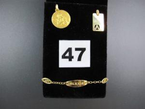 """1 pendentif ornée d'une lettre """"A"""" ajourée, 1 bracelet gourmette maille filigranée orné d'une plaque gravée (L 14cm) et 1 médaille a décor d'ange. gravé au verso.Le tout en or. PB : 5,6g"""