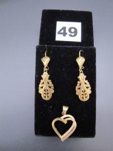 2 boucles d'oreilles à motifs baroques (petites soudures en 14k) en et 1 pendendif motif coeur .Le tout en or. PB:5,6g