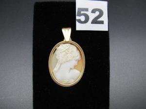 1 pendentif en or serti-griffe en camée (attache élimée). PB 6,3g
