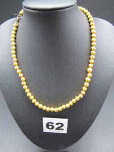 1 collier en or 021K fait de boules d'or(cabossées) montée sur un fermoir et anneau de bout en métal et un fil nylon.PB:11,4g