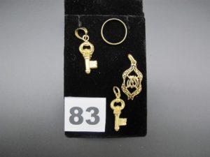 3 pendentifs dont 2 clés et 1 à motif oriental, 1 alliance (TD 51). Le tout en or. PB 5,5g