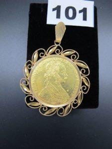 1 pendentif en or 24 K à decors de feuillage serti-griffes d'une piece hongroise de 4 Ducats. PB:21,5g