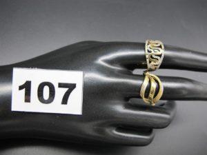 2 bagues en or (TD 56) dont 1 ornée d'un motif ondulé et sertie de petites pierres ( chatons vides). PB 5g