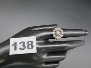 1 bague en or gris ornée de pierres blanches disposées en marguerite (TD 54)PB 6,2g