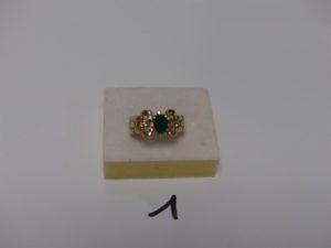 1 bague en or ornée d'une pierre verte et petites pierres blanches (td62). PB 4g