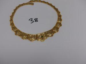 1 collier ras de cou en or à motifs ouvragés dont 1 orné d'une pierre verte cassée (diamètre 13cm). PB 37,3g