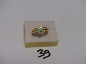 1 bague en or ornée d'une pierre verte épaulée de rangs de petits diamants (td59). PB 7,1g