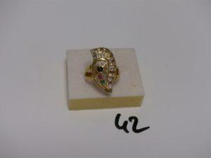 1 bague en or ornée de pierres blanches, 1 bleue, 1 rouge et 1 verte (td56). PB 6,5g