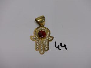 1 pendentif main en or, orné d'une pierre couleur grenat (H5cm). PB 7,2g
