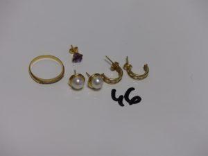 1 bague en or ornée d'un rang de petites pierres (td54), 1 paire de boucles en or rehaussées d'une perle, 1 paire de boucles ornées de pierres et 1 petite boucle ornée d'une pierre violette. PB 5g