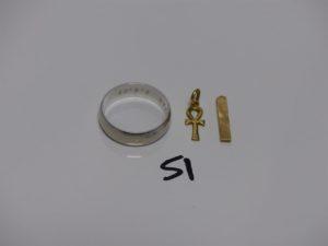 1 alliance gravée à l'intérieur en or (td63), 1 petite croix en or et 1 bris d'or. PB 12,2g