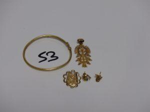 1 bracelet rigide ouvrant pour enfant (abimé), 1 pendentif à décor de croix, 1 pendentif casse, 1 boucle à décor d'un dauphin ornée d'une pierre verte, 1 boucle à décor d'un lapin. Le tout en or PB 7g