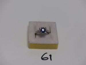 1 bague en or serti-griffes une pierre bleue épaulée de 6 petits diamants Signée MAUBOUSSIN Ref CC8382 (td51). PB 4g