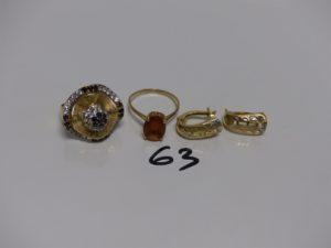 2 bagues en or (1 ornée de petites pierres couleur grenat et blanche 1 chaton vide td57 et 1 rehaussée d'une pierre ambrée td58) et 2 boucles en or. PB 9,4g