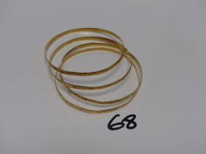 4 bracelets plats semi-rigides et ciselés en or (diamètre 6,5cm). PB 19,8g