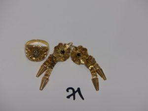 2 pendants en or motif central orné d'une pierre rouge et 1 bague en or abimée (td53). PB 6,9g