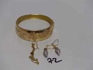 1 bracelet rigide ouvrant en or motif central à décor floral (diamètre 5,5/6cm), 1 paire de boucles en or ornées de petites pierres (manque 1) et 1 pendant en or à décor de boules. PB 25,8g