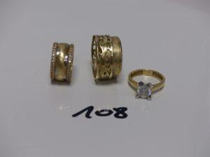 3 bagues en alliage 14K (1 rehaussée d'une pierre blanche td51, 1 alliance ornée de 2 rangs de petites pierres td51 et 1 alliance motif central ajouré et déssoudé td64). PB 14,8g