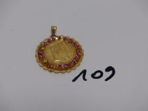 1 pendentif en or serti-griffes une pièce de 20frs, entourage petites pierres roses (3 chatons vides). PB 11g