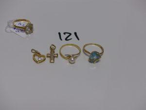 2 bagues en or (1 rehaussée d'une pierre bleue ciel et 2 petits diamants td52 et 1 rehaussée d'une perle td53), 1 petite croix en or et pierres et 1 petit pendentif coeur en or rehaussé de 2 pierres. PB 6,1g (+ bague en plaqué or)