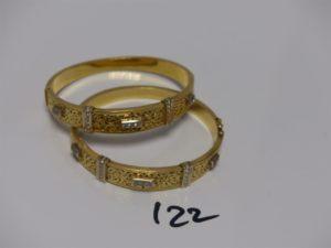 2 bracelets rigides ouvrants motif central ajouré et orné de petites pierres (diamètre 5/6cm). PB 41,2g