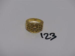 1 bague en or motif central ajouré et orné de petites pierres (td55). PB 11,4g