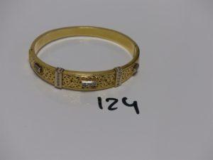 1 bracelet rigide ouvrant motif central ajouré et orné de petites pierres (diamètre 5/6cm). PB 20,6g