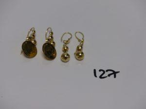 2 paires de pendants en or (1 à motif ouvragé et 1 ornée de boules striées). PB 5,4g