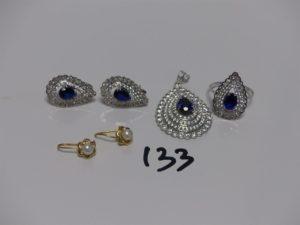1 ensemble en or orné de pierres (1 pendentif, 2 boucles, 1 bague td54) et 2 boucles en or ornées d'une petite perle. PB 14,2g