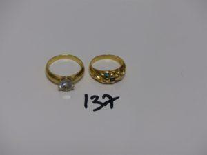 2 bagues en or (1 ornée de petites pierres blanches td59 et 1 ornée de petites pierres (verte, rouge et bleue, td54). PB 9g