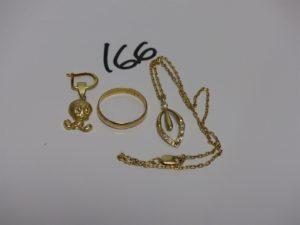 1 chaîne enfant en or orné de motif coulant avec pierres (chaton videe tL30cm), 1 pendentif representant TITI en or et 1 alliance en or (td57). PB 7,3g