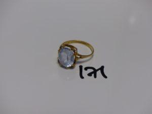 1 bague en or ornée d'une pierre bleue ciel et 4 petites pierres blanches (td61). PB 4,1g