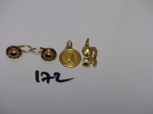 2 boucles en or ornées de petites pierres grenats, 1 médaille de la Vierge en or, 1 pendentif en or representant un petit garçon avec un ballon. PB 9,7g