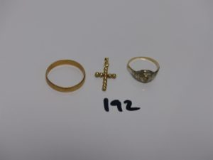 1 alliance (td63), 1 bague ornée d'une pierre (td53) et 1 petite croix ornée de pierres. Le tout en or PB 4,3g