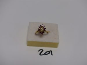 1 bague en or rehaussée de pierres rouges et 3 petits diamants (td54). PB 3,1g